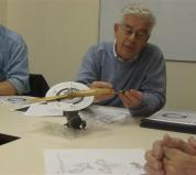 Jac legt uit hoe de nokkenas met een tandwiel wordt aangedreven bij een modelmotor